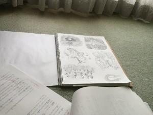 挿し絵を描いたクロッキー帳と、原稿をその辺に置いて適当に撮った写真